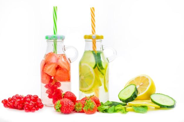 Gezondheidszorg, fitness, gezond voedingsdieetconcept. fris, koel water met aardbei en citroen en munt, detoxdrank, in een glazen pot.