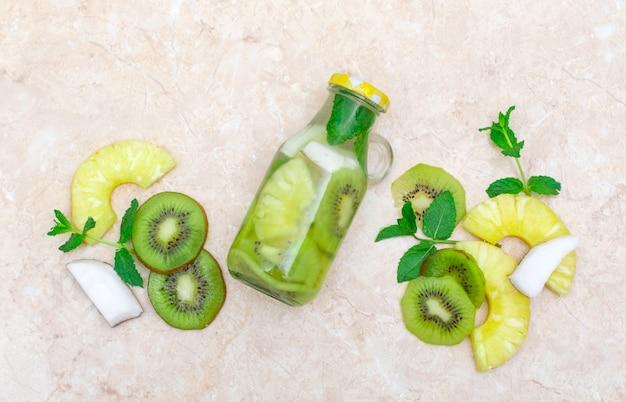 Gezondheidszorg, fitness, gezond voedingsdieetconcept. frisse koele citroen komkommer mint geïnfuseerd water, cocktail, detox drankje, limonade in een glazen pot.