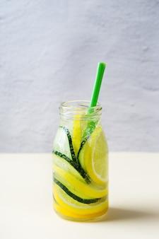Gezondheidszorg, fitness, gezonde voeding dieet concept. vers koel water met citroenkomkommer, rozemarijn, detoxdrank, limonade in een glazen pot voor lente-zomerdagen. ruimte achtergrond kopiëren