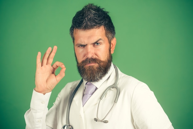 Gezondheidszorg gezondheidsbehandeling beroep mensen gebaar geneeskunde concept bebaarde arts in witte jas
