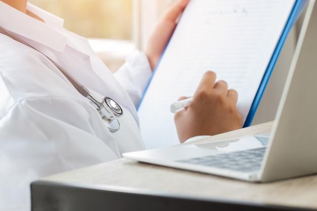 Gezondheidszorg medisch ziekenhuis concept: arts met behulp van tablet pc met toga suite