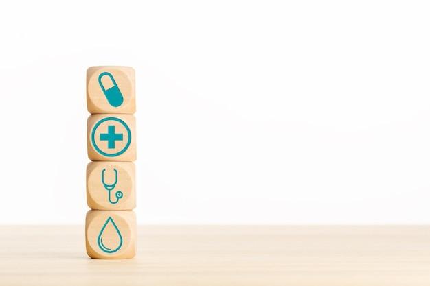Gezondheidszorg of geneeskundeconcept. houten blokken met medisch pictogram op tafel. kopieer ruimte