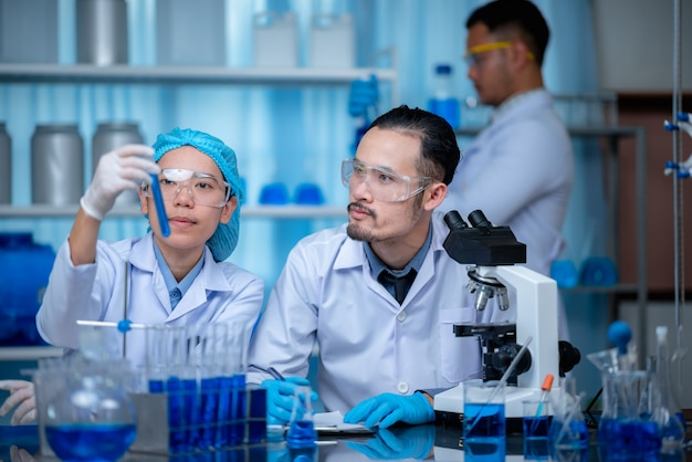 Gezondheidszorg onderzoekers die werkzaam zijn in de medische wetenschap wetenschap technologieonderzoek in laboratorium