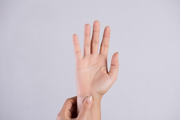 Gezondheidszorg . vrouw masseert haar pijnlijke hand.