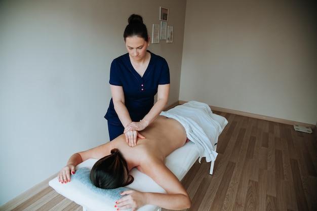 Gezondheidszorgconcept massagetherapeut die massage doet