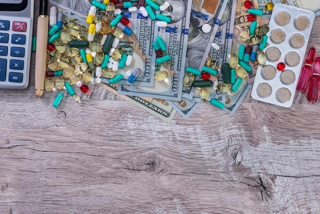 Gezondheidszorgconceptie, dollars, pillen, pen en rekenmachine