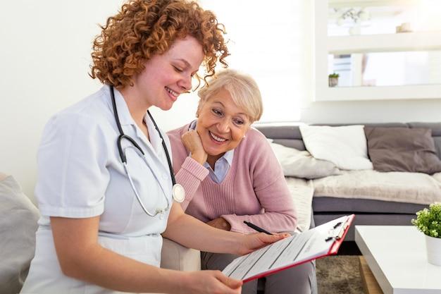 Gezondheidszorgformulier arts bespreekt met de patiënt over de resultaten van het gezondheidsonderzoek, gelukkig senior patiënt met haar arts