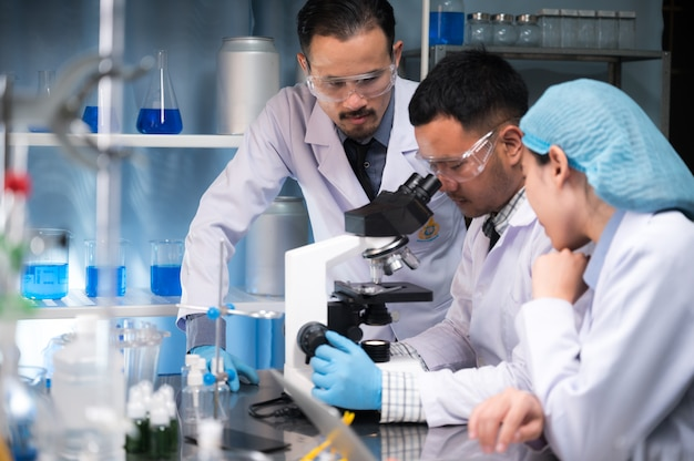 Gezondheidszorgonderzoekers die in het laboratorium van de levenswetenschap werken