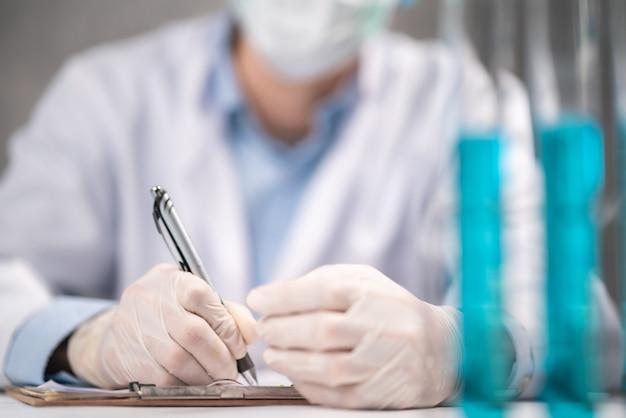 Gezondheidszorgonderzoekers die werkzaam zijn in het laboratorium voor biowetenschappen, medisch-wetenschappelijk technologieonderzoek voor het testen van een vaccin, coronavirus covid-19 vaccinbescherming genezen behandeling