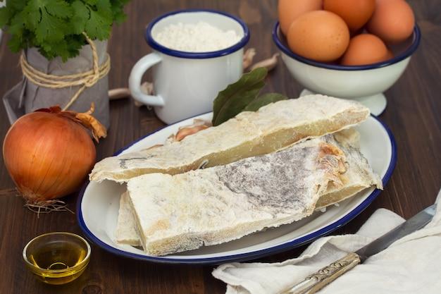 Gezouten droge kabeljauw met eieren en poeder