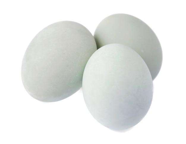 Gezouten ei geïsoleerd op een witte achtergrond