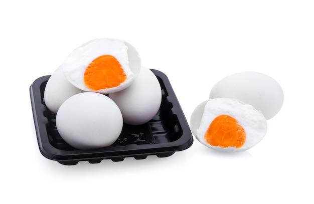 Gezouten ei geïsoleerd op witte achtergrond