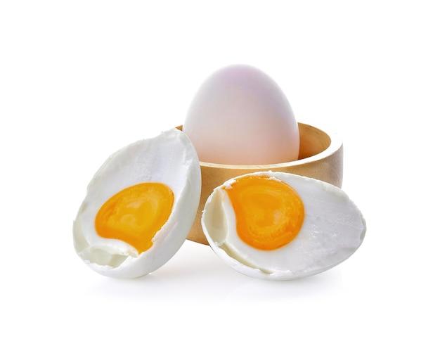 Gezouten eieren op een witte ruimte