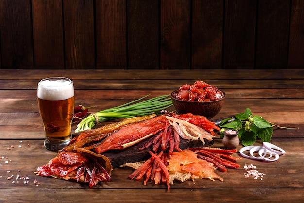 Gezouten gerookte vis in plakjes gesneden voor snack tot bier. gedroogde vissnacks