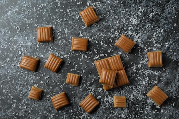 Gezouten karamelstukken op zwarte rokerige achtergrond