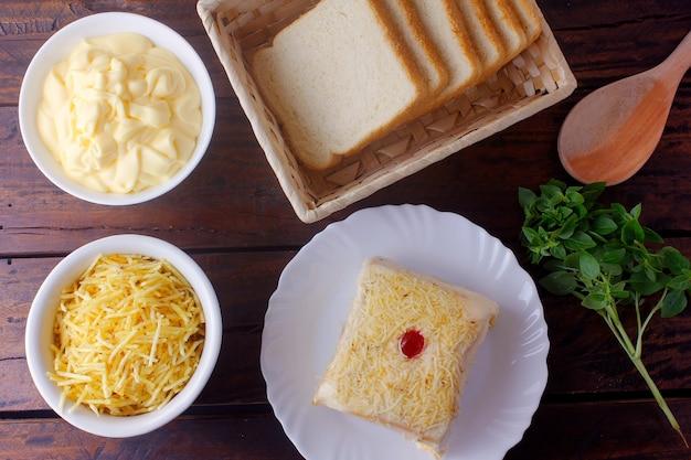 Gezouten kippentaart, gemaakt met gesneden brood, mayonaise en geraspte kaas, traditioneel in brazilië. braziliaans eten