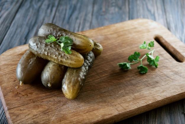 Gezouten komkommers - een van de traditionele slavische gerechten, evenals de duitse keuken salzgurken.