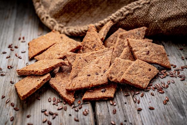 Gezouten krokante crackers met sesam en zonnebloempitten