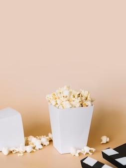 Gezouten popcorn vak op de tafel