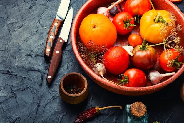 Gezouten verse tomaten.kookproces, tomaten in blik.ingemaakte groenten en geconserveerd