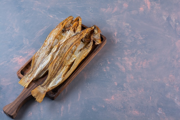 Gezouten vis op een bord, op het marmeren oppervlak