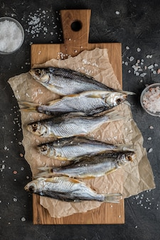 Gezouten vis op snijplank op tafel