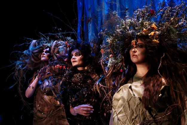 Ghost vrouwen staan op het podium
