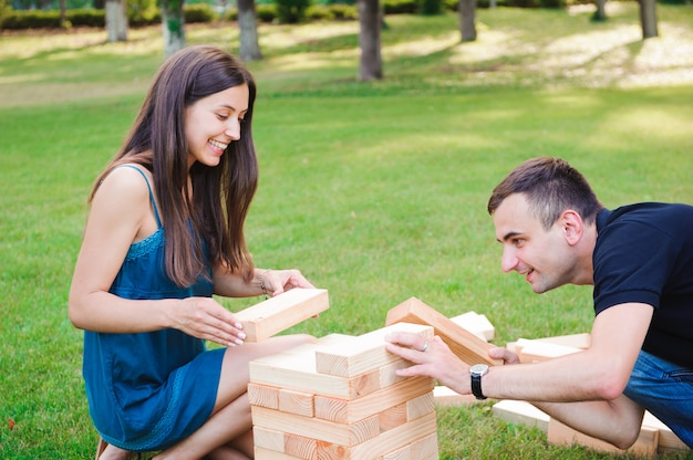 Giant outdoor block game, spel op groen gras