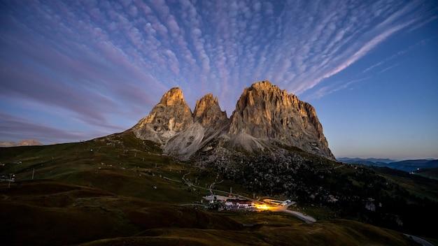Giau pass 's nachts met bergen
