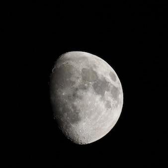 Gibbous maan gezien met telescoop