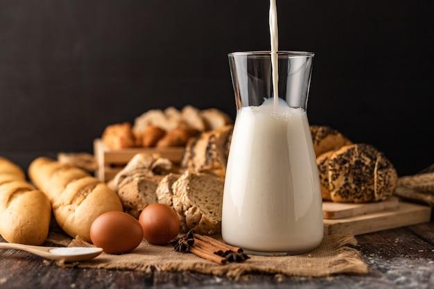 Giet de melk in een glazen fles op de zak