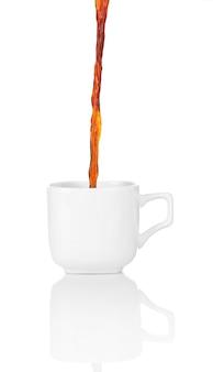 Giet koffie in beker, geïsoleerd op wit
