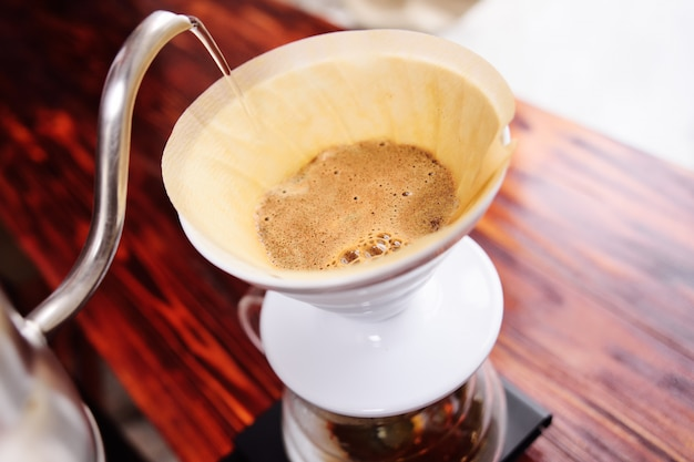 Giet over koffie. modern koffie concept