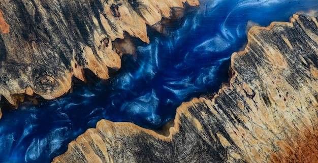 Gieten epoxyhars stabiliserende wortel afzelia hout blauwe kleur achtergrond