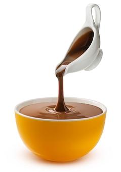 Gieten gesmolten chocolade geïsoleerd op een witte achtergrond