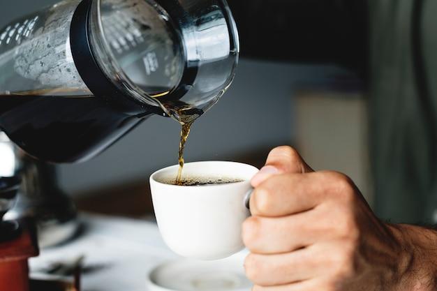 Gieten hete koffie drinken