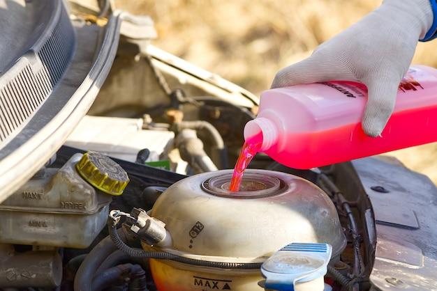 Gieten koelvloeistof service van auto's in de motor