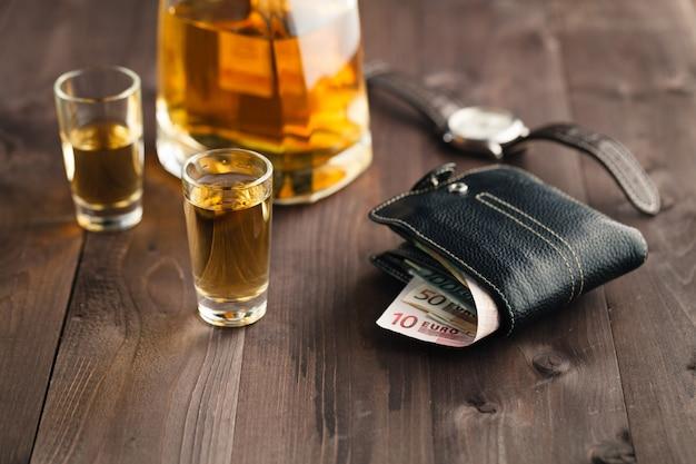 Gieten van alcohol in borrelglas
