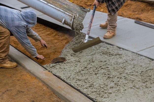 Gieten van cement tijdens op betonnen nieuwe stoep