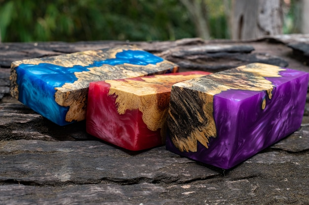 Gieten van epoxyhars burl houten kubus op oude tafel kunst achtergrond, nature afzelia houten