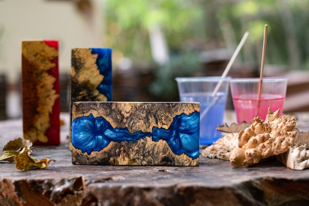 Gieten van epoxyhars burl houten kubus op oude tafel kunst achtergrond
