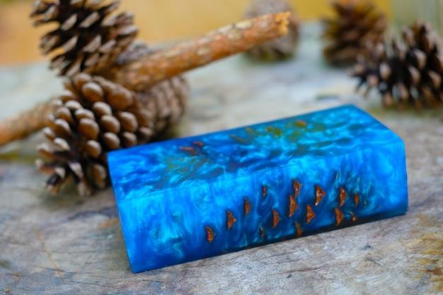 Gieten van epoxyhars stabiliserende dennenappel abstracte kunst wazig achtergrond