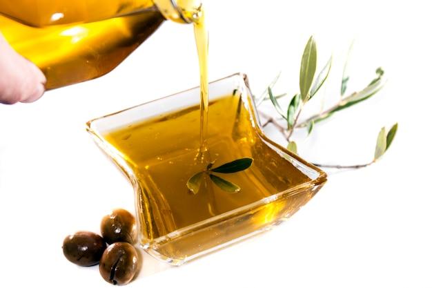 Gieten van olijfolie in een container