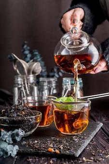 Gieten van thee in de beker