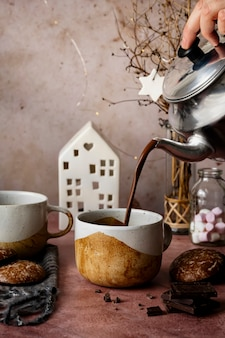 Gieten van warme chocolademelk uit een ketel food fotografie