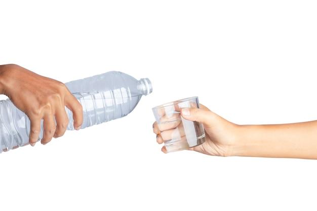 Gietend water van fles in geïsoleerd glas