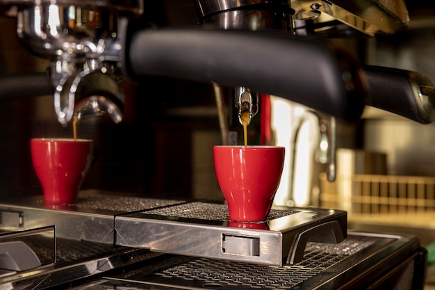 Gietende vloeistof van de close-up de professionele koffiemachine