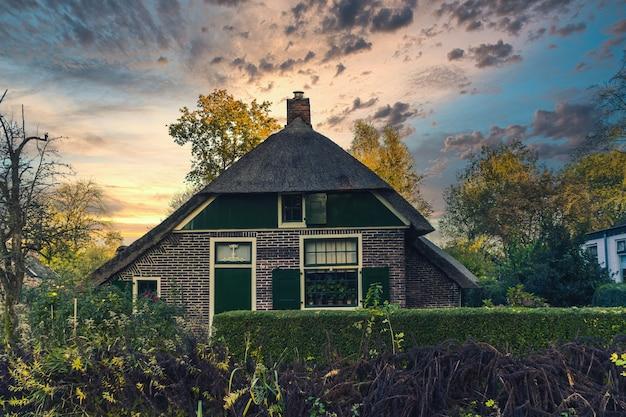 Giethoorn, nederland - 5 november 2019: traditionele nederlandse huizen in het dorp giethoorn, nederland
