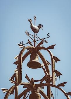 Gietijzeren klokkentoren met decoratieve weerhaan