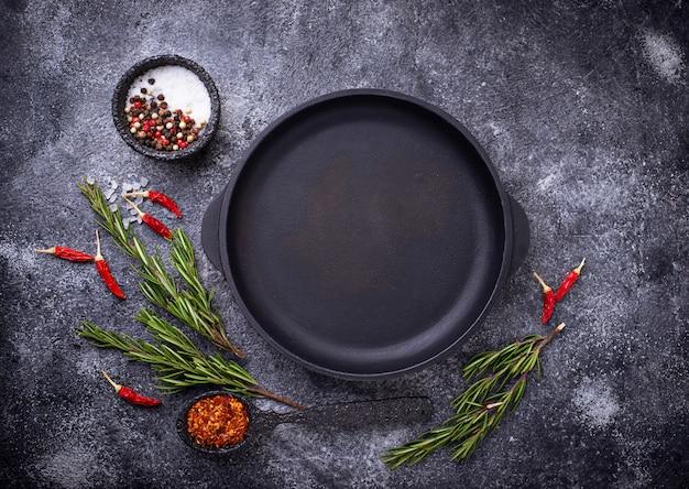 Gietijzeren koekenpan met kruiden en specerijen